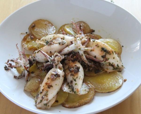 Chipirones sobre base de patata parmentier al aroma de ajo y cebollino